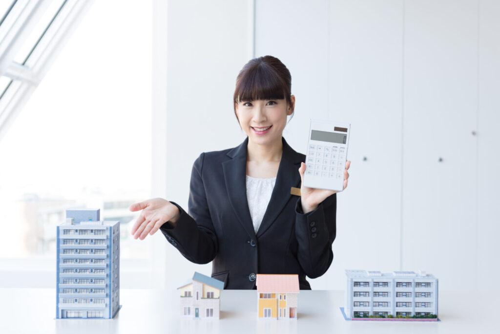 アパート経営を提案する女性